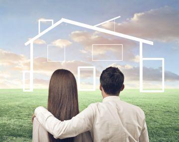 Молодая пара смотрит на дом