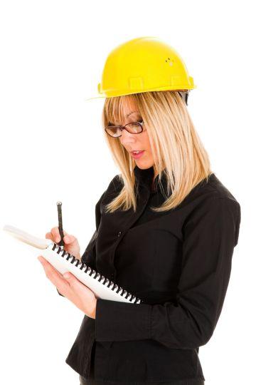 Девушка-строитель