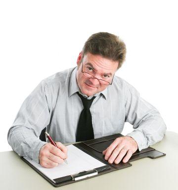 Бизнесмен подписывает документ