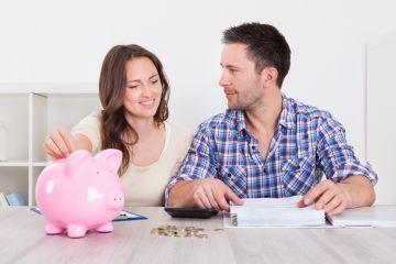 Молодая пара копит деньги