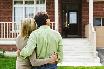 Пара возле новой квартиры