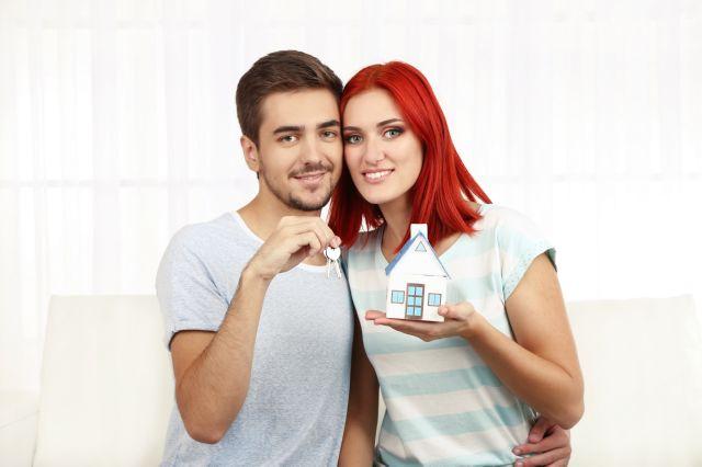 Молодая пара с домиком