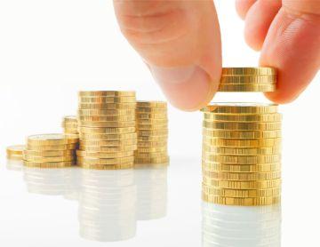 подсчет монет на столе