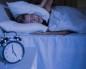 из-за шума девушка накрылась подушками