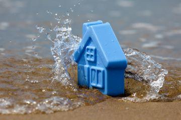 игрушечный домик в море