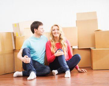 Молодая пара в новой квартире