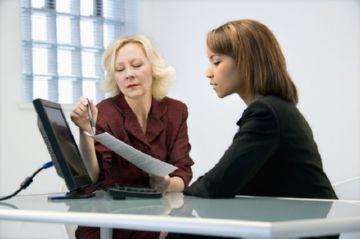 девушка и юрист ознакамливаются с документами